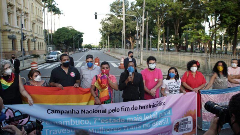 Protesto contra transfobia marca Dia do Orgulho LGBTQIA+ em Pernambuco